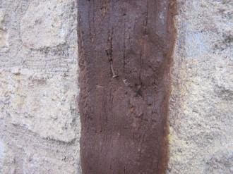 Détail d'un clou dans une poutre en béton imitation bois